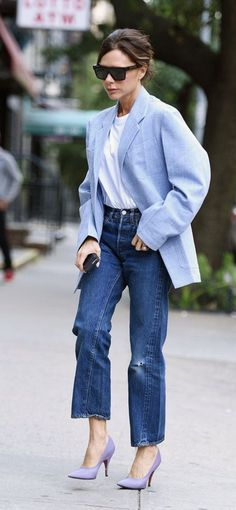 7 Victoria Beckham Jean Outfits That Always Work - 7 Outfits Victoria Beckham Wears With Jeans Jeans Outfit For Work, White Jeans Outfit, Casual Jeans, Jeans Style, Denim Jeans, Classy Fall Outfits, Spring Outfits, Cool Outfits, Casual Outfits