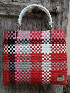 Creazioni Plastic Canvas Stitches, Plastic Canvas Crafts, Plastic Canvas Patterns, Crochet Handbags, Crochet Purses, Crotchet Bags, Recycled Plastic Bags, Canvas Purse, Diy Purse