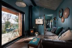 Fotka článku Cortina Floral, Bath Tub For Two, Sawn Timber, Wrap Around Deck, Deco Boheme, Teal Walls, Comfy Sofa, Log Burner, Exposed Wood