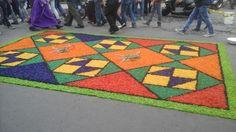 Alfombra geométrica hecha de viruta teñia para procesión de San Bartolo - Antigua Guatemala en Sacatepéquez