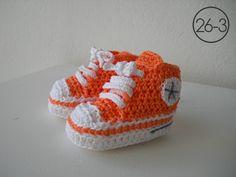 Zapatillas en ganchillo con suela y cordones blancos y base en color naranja.