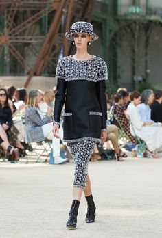 Karl Lagerfeld showcased Chanel's Fall Winter In The Shadow Of The Eiffel Tower Haute Couture collection, yesterday at Grand Palais in Paris. Chanel Couture, Haute Couture Style, Chanel Fashion, 1950s Fashion, High Fashion, Womens Fashion, 1950s Style, Karl Lagerfeld, Chanel Fall 2017