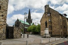 Only one day in Glasgow ? Discover in photos 7 areas to add to your itinerary in Glasgow Scotland - where to go, what to do and pother tips Scotland Kilt, Glasgow Scotland, Visit Glasgow, Glasgow Cathedral, Old Trees, Container Flowers, Scandinavian Christmas, One Day, Where To Go