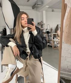 Looking to snap the perfect selfie? We've gathered some model tips on how to get that flawless, IG-worthy look. Mode Outfits, Trendy Outfits, Winter Outfits, Fashion Outfits, Fashion Ideas, Mode Ootd, Mode Simple, Look Retro, Mode Blog