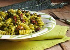 La pasta saporita è una proposta davvero ghiotta per stuzzicare l'appetito. È condita con pesto di cavolo nero, olive e pomodori secchi. Buonissima!