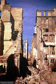 Zdjęcie numer 31 w galerii - Polskie miasta w powojennej ruinie. Unikatowe zdjęcia amerykańskiego studenta New York Skyline, Student, Travel, Fotografia, Viajes, Destinations, Traveling, Trips