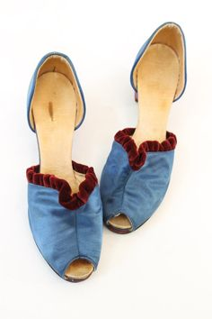 Stunning 1940s boudoir slippers! Done in a bright cobalt blue silk. Slip on style with a peep toes! The tops of the vamps are decorated with a