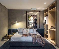 WEBSTA @ arqkaza - Quarto moderno com parede de cimento queimado. O closet aberto e amadeirado trouxe acolhimento para o ambiente. #quarto #bedroom #cimentoqueimado #madeira #arquitetura #interiores #inspiração #archtecture #archtecturelovers #interiores
