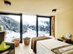 Das Gradonna Mountain Resort Châlets & Hotel in Kals in Osttirol. Hundeherzen schlagen hier definitiv höher: Rund um das Resort führen zahlreiche Gassi- und Wanderwege. Eine ganz persönliche Hunde-Reisebox mit Hundehandtuch, Wegbeschreibungen & tierische Infos gibt es als Willkommens-Geschenk und im Châlet urlaubt ein Hund kostenfrei!   #urlaubmithund #gradonna #osttirol #hundehotel #tirol #hundefreundlich #ferienwohnungen  Massageraum mit Blick auf die Berge