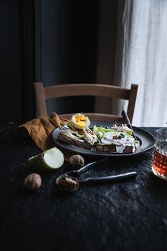 Crostoni al pollo tonnato, mela verde, uova sode e noci