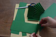 Pro vytvoření těla stromečku si podélně nalinkujeme papír formátu A4 na proužky o šíři: zelený papír - 9,5 cm, 8 cm, 6,5 cm, 5 cm a 3,5 cm metalický zlatý papír - 9 cm, 7,5 cm, 6 cm a 4,5 cm