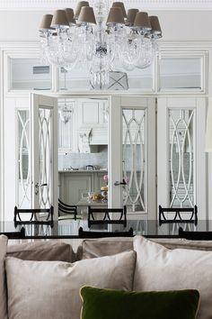 люстра стекло, хрусталь, темная мебель, витражная дверь, дверь с фрамугой, светлая классическая столовая