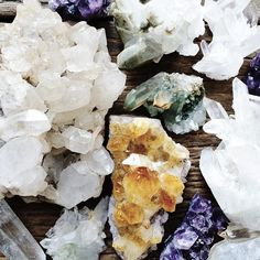 SNOW QUARTZ (also known as Milky Quartz) is a calming stone, which is said to enhance meditation by allowing you to link to deep inner wisdom. It is also said to provide support while you are learning lessons and to help you to let go of overwhelming responsibilities and limitations.