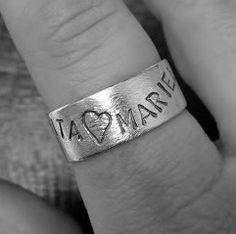 Familiering i 9 mm breidde. Sølvring med namna til alle i familien, spesiallaga til deg! <3   Handmade family ring in sterling silver with the names of your children.