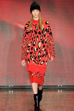 Jeux de zoom dans l'imprimé, look red total -DKNY Fall 2013 Ready-to-Wear Collection Slideshow on Style.com