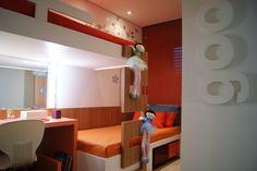 Soluções para quartos pequenos: Duas camas formando um elemento único, junto à parede com tons de branco, madeira e laranja deu o diferencial para o quarto das meninas.