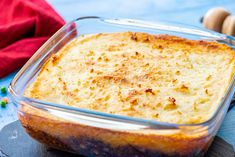 The Best Classic Shepherd's Pie - The Wholesome Dish The Best Classic Shepherd's Pie - AKA Shepards Pie or Cottage Pie. Ground Beef (or lamb) with vegetables in a rich gravy, topped with cheesy mashed potatoes and baked. Best Shepherds Pie Recipe, Homemade Shepherd's Pie, Pain Keto, Cheesy Mashed Potatoes, Crock Pot Tacos, Best Meatloaf, No Calorie Foods, Meat Recipes, Chicken Recipes