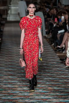 The complete Christian Dior Resort 2017 fashion show now on Vogue Runway. Dior Fashion, Red Fashion, Fashion 2017, Couture Fashion, Runway Fashion, Fashion Show, Fashion Dresses, Fashion Design, Paris Fashion
