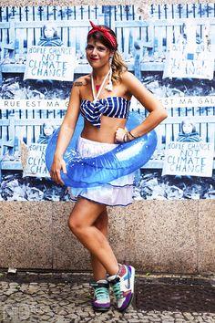 Fantasia de pool party fácil de fazer! Cropped listrado azul marinho + bóia + laço vermelho no cabelo.