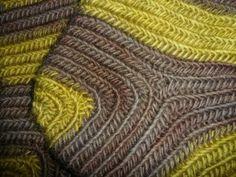 Hier endlich die Fotos der Nalbinding-Socken Größe 48, gearbeitet im Mammenstich und aus zwiebelgrüner und walnußbrauner Lammwolle. In der Zwischenzeit habe ich noch ein Paar Ringelsocken Größe 40…