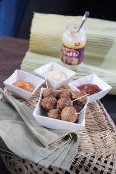 Devos Lemmens | Boulettes de haché épicéesIngrédients 400 g de haché de veau 1 c. à soupe de chapelure 1 c. à soupe de sauce Samouraï D&L 1 c. à soupe de sauce Diablo D&L 1 c. à café de sel 7 c. à soupe de sauce Argentina Steak & Grill, Diablo ou ail D&L (comme sauce dip) Des cure-dents C'est Bon, Comme, Cereal, Curry, Cocktails, Cheese, Breakfast, Food, Devil