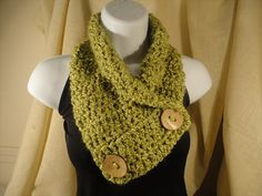 diy crochet scarf cowl neck warmer with button scarf Diy Crochet Scarf, Crochet Purses, Crochet Scarves, Easy Crochet, Free Crochet, Crochet Cowls, Crochet Patterns, Scarf Patterns, Knitted Animals