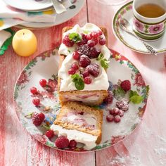 IJscake met room en lentefruit Productfoto ID Shot Sweet Recipes, Cake Recipes, Eclairs, High Tea, Bruschetta, Fresh Fruit, French Toast, Strawberry, Ice Cream
