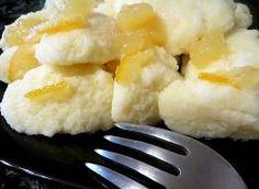 Smaczne, leciutkie i błyskawiczne do zrobienia. Można podawać z przecierem jabłkowym i innymi konfiturami czy dżemami. Składniki: kasza manna, serek waniliowy 200 g, 1 jajko, szczypta soli, dżem pomarańczowy z skórkami