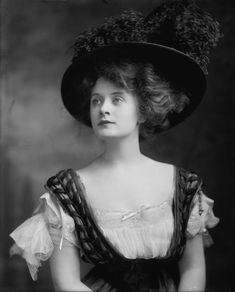 Billie Burke (1908) http://flashbak.com/beautiful-portraits-of-the-fabulous-ziegfeld-girls-55836/