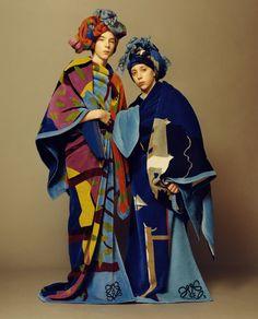 Das spanische Luxuslabel und der britische Textildesigner bringen zusammen eine besondere Sommerkollektion auf den Markt.