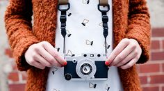iPhone Rangefinder Ceci n'est pas un appareil photo des années 70… La coque ultra rétro qui parachève la transformation de votre téléphone et notre super sélection http://lecollectif.orange.fr/media/say_cheeeeese/#.UkL8aH8rdjk