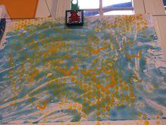 1-Verf en lijm op tafel + afdruk maken 2- schilderen op bubbelplastiek + afdruk maken + stempelen met stervormig koekjesvorm