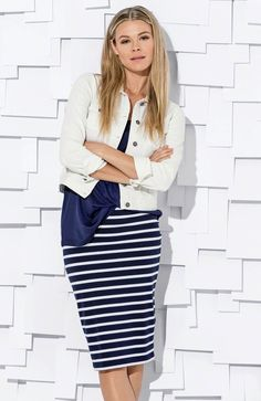 5f6489516d Dopasowana spódnica w biało-granatowe pasy marki Happy Holly + modna biała  kurtka http