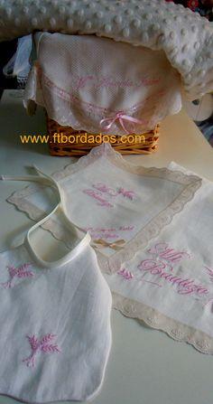 Conjunto de bautizo ,  cesta, manta, toalla, pañuelo y babero