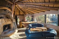 Some more pictures of Hobbitówa. This beautiful hobbit house is located in Krzywcza, Poland. It was made by the polish architect Bogdan Pekalski, and is built out of natural materials with the cordwood technique. Casa Dos Hobbits, Earth Bag Homes, Earthship Home, Eco Buildings, Mud House, Natural Homes, Natural Building, House On A Hill, Design Case