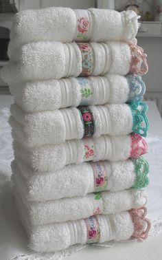 toallas con tira bordada y ganchillo