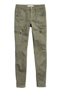 Spodnie cargo: Spodnie cargo z elastycznego, spranego diagonalu z bawełny. Wąskie nogawki ze szwami i suwakiem u dołu. Normalna talia. Kieszenie po bokach i z tyłu, na nogawkach kieszenie z suwakiem.