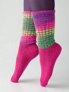 Socken mit Gittermuster by Charles D. Gandy, R0243 - Gratisanleitung: Voll im Trend liegen diese knalligen Socken mit ihrem außergewöhnlichen Gittermuster. Das unifarbene Gitter wird mit Regia 4-fädig in Fuchsia gestrickt, die dahinterliegende Partie mit Regia 4-fädig Color in Neon Flower Color. Übrigens ist das Gitter überhaupt nicht schwierig zu arbeiten. Alles, was Sie können müssen, ist das Abheben von Maschen. Worauf warten Sie noch?