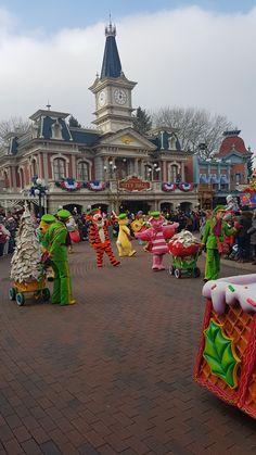"""""""Le Noël Enchanté Disney"""" - Christmas Parade - Disneyland Park #disneylandparis '17 Disneyland Paris, Disney Fan, Places, Lugares"""