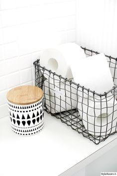 Heel sexy is het niet, wel handig: toiletpapier opbergen op een stijlvolle manie. It& not very sexy, but it is handy: storing toilet paper in a stylish way - Roomed Bathroom Toilets, Laundry In Bathroom, Bathroom Inspo, Bathroom Shelves, White Bathroom, Bathroom Inspiration, Bathroom Ideas, Bathroom Organization, Bathroom Box
