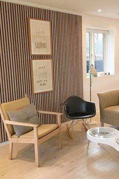 Træpaneler, trælameller og trævægge findes her White Houses, Furniture Inspiration, Entrance, Sweet Home, Acoustic Panels, Studio Design, Interior Design, Chair, Shop Ideas
