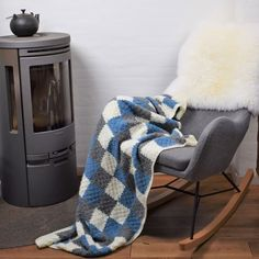 Vintertiden er lige om hjørnet, og det indbyder til indendørs hygge. Hvad er bedre end et lækkert sofatæppe til at putte sig under når kulden rigtig melder sig udenfor? Her er vores bud på det perfekte tæppe, som du selv kan hækle.