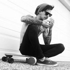 Veja 22 fotos de homens tatuados, indo do barbudo tatuado ao homem magro de regata, e se apaixone por um deles ou por todos eles.