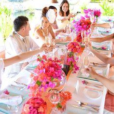 「リゾートウエディングでのテーブルコーディネートは華やかなカラーがぴったり✨ #famarry #ファマリー #結婚 #結婚式 #結婚準備 #花嫁 #プレ花嫁 #思い出 #記念日 #記念写真 #フォトウェディング #ウェディングフォト #wedding #weddingphoto #ウェディングドレス…」