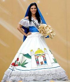 Salvadoreña vistiendo traje típico, #ElSalvador.