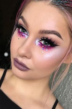 These Coachella makeup ideas will become your source of inspiration! Enjoy your favorite music at Coachella and be the brightest girl in the crowd! #makeupideas #coachella #festivalmakeup #MakeupGuide