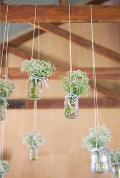 bouquet de gypso suspendus dans des bocaux