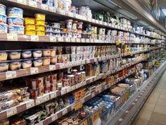 Bio-Milchprodukte - Regional vs. Handelsmarken! So bieten die Supermärkte Bio an: mit Handelsmarken und billig. Ein paar tüchtige Molkerei-Manager lassen sich davon aber nicht beeindrucken. Laut AMA-Marketing werden 75 % der Bio-Produkte im Supermarkt gekauft. Manager, Regional, Marketing, Cattle Farming, Dairy, Couple