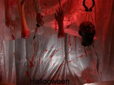 Members of the human body flowing with blood. Made with a water pump and red dye. Do-it-yourself crafts / halloween decorations (DIY) explained step by step with photos. All the details of the realiza Diy Deco Halloween, Halloween Gift Bags, Halloween Party Themes, Scary Halloween Decorations, Halloween House, Holidays Halloween, Halloween 2019, Homemade Halloween, Halloween Parties