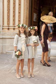 Petite Mafalda: DETALLES Little Girl Dresses, Girls Dresses, Flower Girl Dresses, Toddler Girl Outfits, Kids Outfits, Frock Fashion, Wedding With Kids, Little Princess, Frocks